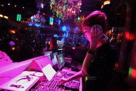 还要饱受震耳的音乐声.很多DJ都出现听力下降的情况.不过晓雪说...