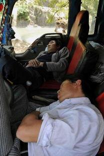 含插射老师水-两位司机师傅在救灾车辆上睡着了