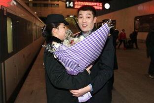 情人节的前夜,沈阳铁路局沈阳客运段客运一队列车长盛赞,在站台上...