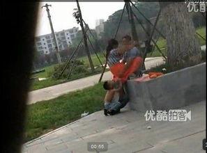 母亲和男子公园活春官视频实拍,学生电梯情侣不雅视频内演活春
