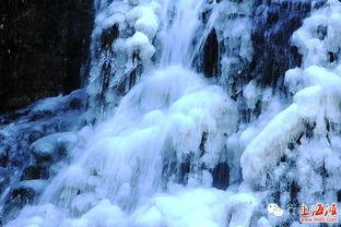 的山谷中,活似天上晶莹银河遥落九天.醉美的冰瀑景色现身,吸引着...