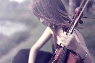 拉小提琴的女生