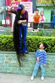边还要照顾刚上小学的女儿,实在是没时间打理长发,她一咬牙,又把...