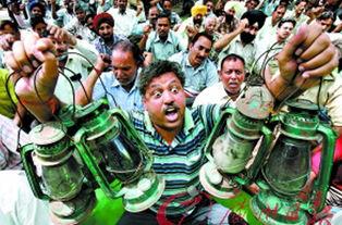 ...,致使交通陷入混乱.(图片来源:《广州日报》)-印度食品价格飞...