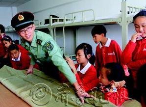 一名军人教孩子们叠被子.-终于能当一回记者了,真酷