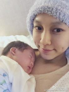 """范玮琪   在微博上传抱儿子睡觉的自拍,并感慨当妈妈后的日子""""累并..."""