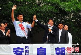资料图:2016年7月9日,日本首相安倍晋三在东京的中野车站为自民...
