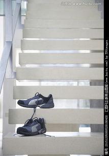 一双在楼梯上的鞋子