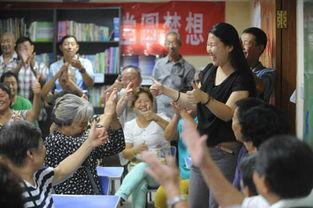 手语团队志愿者和聋人朋友们伸出大拇指互相感谢.-青岛 聆听吾声 助...
