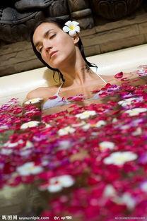 花沐写真官网-在花瓣沐里洗澡的美女图片