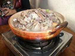 腊排骨,分量还是很足的,不过里面是有配菜的   当地的一种菜,忘记...