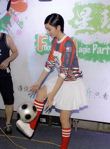 唐艺昕身穿运动球衣现身北京三里屯与粉丝们一起玩转世界杯