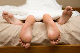 15厘米   90%的男性勃起后,其长度为14~16厘米,以15厘米居多.然...