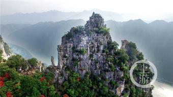 重庆最美乡村公路 神女峰身上飘起彩带