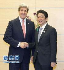 4月15日,日本首相安倍晋三(右)在东京与到访的美国国务卿克里握...