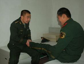 每逢战士训练受伤了,他总会体贴入微.图片来源:人民武警报-武警...