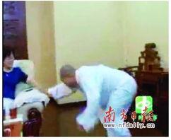 段约8分半钟的视频中,主角是一... 男徒弟就被像电击一样倒在地上....