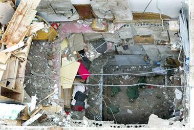 大风吹倒墙垛,砸穿6层楼房     摄 -冰雹暴风雨肆虐重庆 45万人受灾