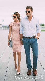 红蓝av-拿包包和男生的蓝色套装相呼应,美艳时髦之余,两个人牵手走出来,...