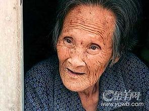 桥诘圣喝尿照片-89岁奶奶 逼喝尿钢针扎脸  89岁的潘老太太从窗口伸出头来,她形容憔...