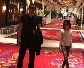 2月13日,有网友更新微博,晒出李亚鹏和女儿李嫣旅行的照片,从附...