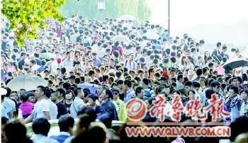 今日西湖断桥,只见人不见桥,白娘子和许仙惨了……(摄于杭州西湖...
