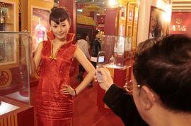 :近日网上一篇美女酒模帖子火了起来,一位美女酒模在糖酒会上帮一...