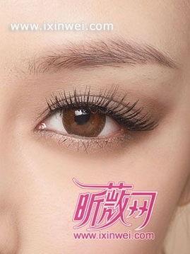 用米色系眼影打造深邃感双眸