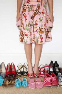 """3、绑腿高跟凉鞋--把脚""""勒死"""".夏天来了,很多女性已经开始盘算着..."""