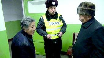 民警将老太太安全护送回家. (视频截图)-找不到回家路却记得交警队