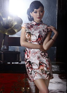 ...尚改良复古短款旗袍.性感低调的琉璃酒红色彩,把惊艳气质推崇运...