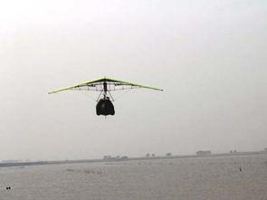 …两架三角伞翼直飞冲天,遨游在海平面的上空.   伞翼一边巡视,一...