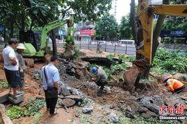 广西南宁地下水管爆裂 大水冲出10平米大坑
