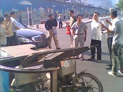 任志强今早北京西单驾车撞翻三轮车 一女子伤