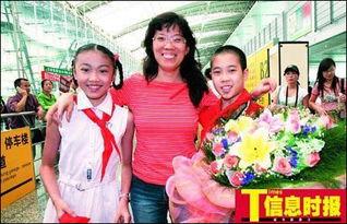 郑贤老师一下飞机就受到学生的欢迎.图片:信息时报-模范教师鼓励...
