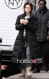 "j・乔纳・詹姆森-冬天的纽约依旧寒气逼人,大衣仍是各位""Gossip Girl""的造型主打,..."