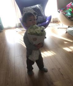 """...微博晒出了一组儿子的照片,并表示:""""起床,儿子抱着一束花跑到..."""