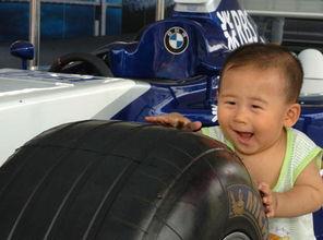 北京亚洲赛车节 一名儿童嬉戏