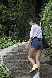 上楼梯的女人背影