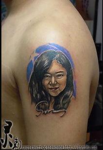 成都纹身灵刺工作室作品,纹身师现场设计的顾客爱人肖像淡彩素描风...