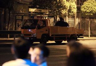 2015工口动漫网- 在沪南公路、沈杜公路附近,范某用猎枪将该车驾驶员卞某杀害,随后...