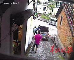 偷狗过程刚好被视频拍下.无独有偶,在东莞清溪,有歹徒用残忍手段...
