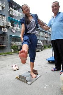 ...温州13岁女孩赤脚踩刀刃 走江湖