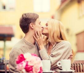 情侣亲吻图片