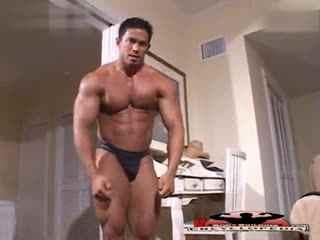 ...体艺术 可爱的肌肉男生展示性感肌肉