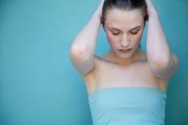 操逼的-1、双手手背对手背的置于两边乳房中间;2、双手同一时间轻按乳房,...
