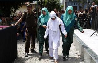 新加坡鞭刑女人图片,印尼情侣未婚约会违反回教法,被处以鞭刑 工美...