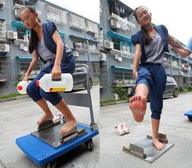 ...,在家门口表演赤脚踩刀刃.她的父亲谢继奎搬来道具,一个带有两...