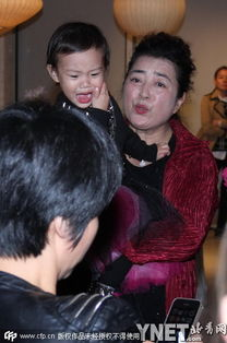 ...颜出镜吻女儿 甜馨撞脸周迅(图)  甜馨儿和奶奶(5 /12张) -李小璐...