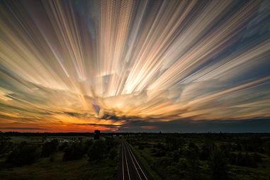 ...张照片.天空中云的运动轨迹就如同是用画笔画上的一样,让人觉得...